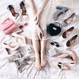 Pernas de uma mulher com vários sapatos scarpins confortáveis e lindos em volta