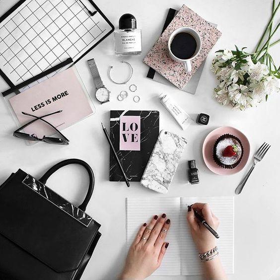 mesa de trabalho com vários itens