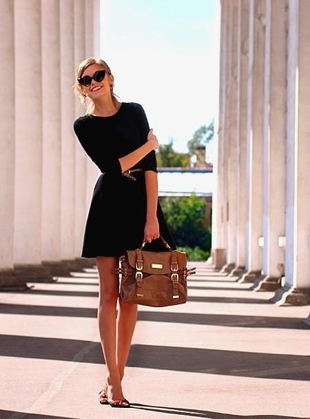vestido preto com bolda marrom, um look perfeito para trabalhar.
