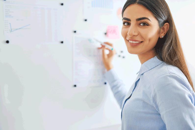 mulher dando aulas, dicas de vendas, empreendedorismo, empreendedora, revender semijoias